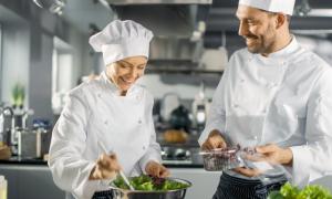chef che preparano da cucinare